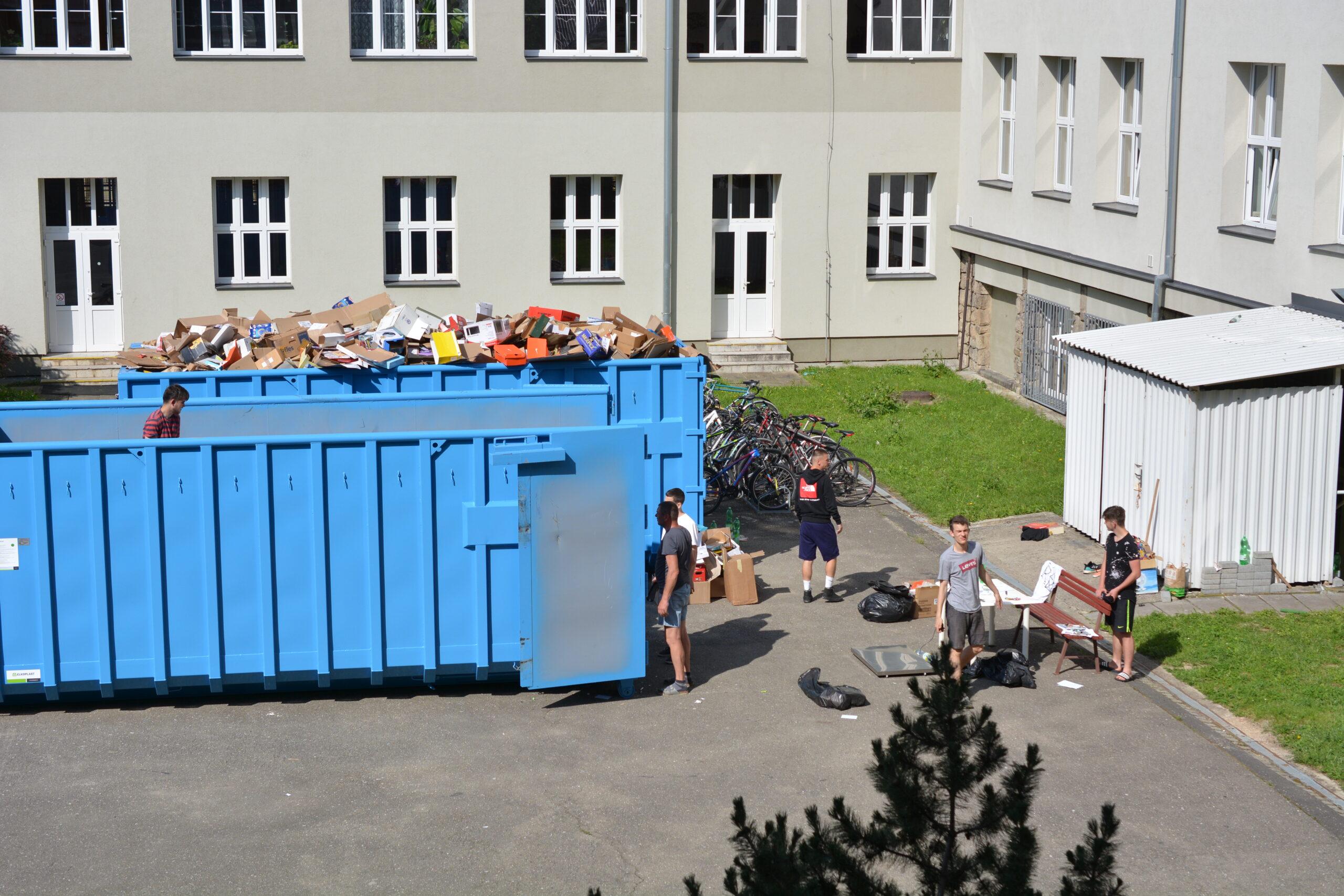 POZOR, POZOR: Sběr starého papíru na dvoře školy bude!!